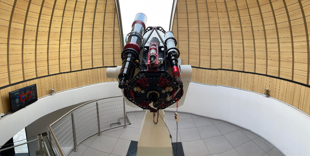 Remote observatory control with EAGLE: on the left the monitor where visitors are able to see the image in real time